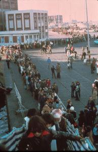 Kolejna oczekujących na wejście na pokład Doulosa w Montevideo w Urugwaju w czerwcu 1979 roku.